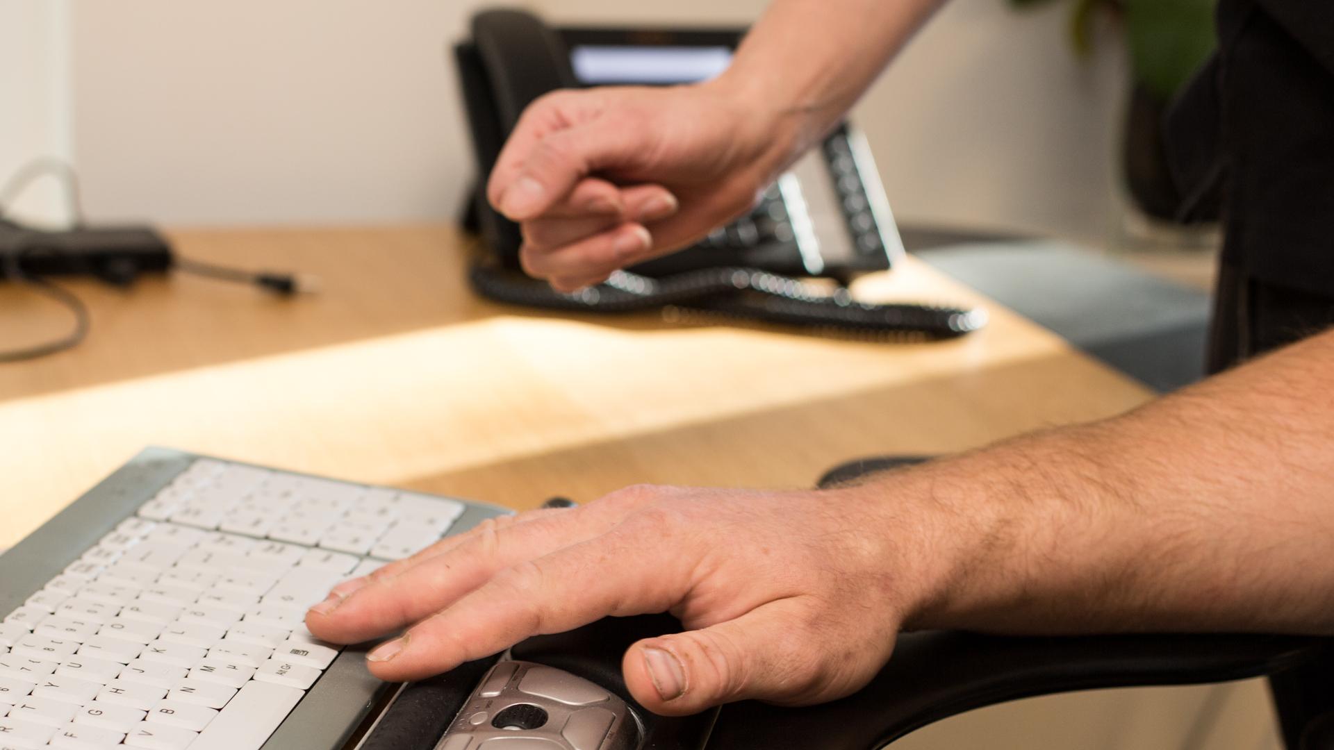 Patient testar handledsstöd till ett tangentbord