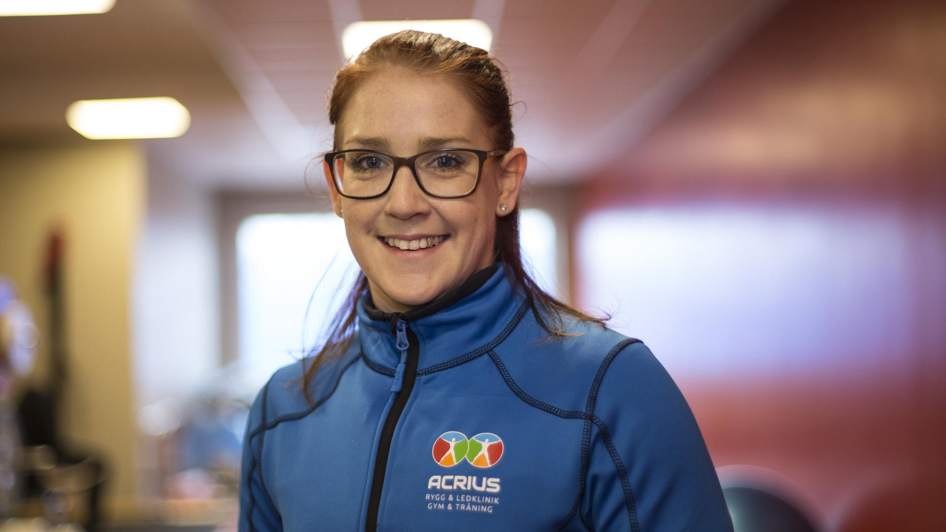 Vackert porträtt av en kvinnlig anställd i gymmet