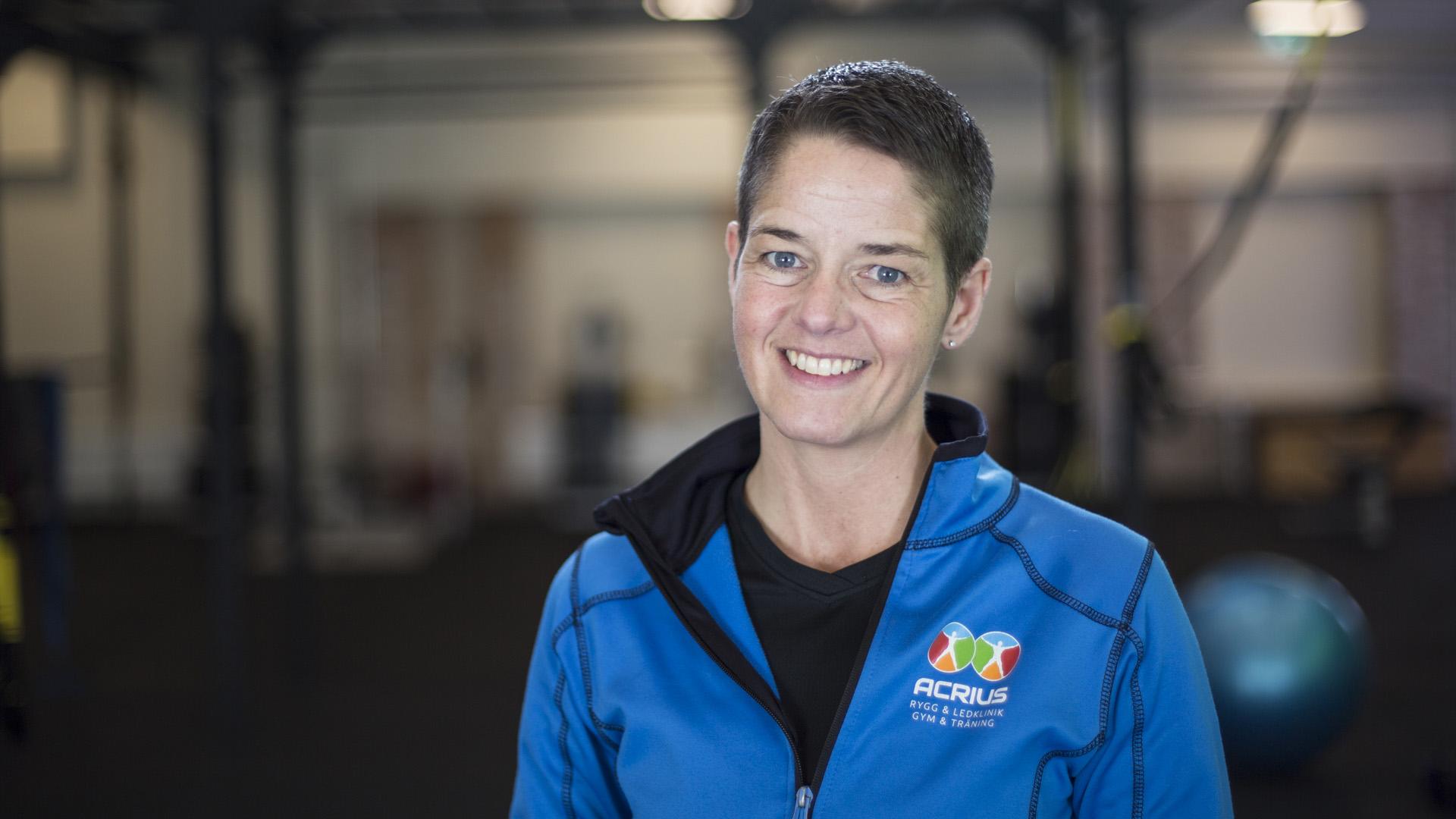 Porträtt av kvinnligt anställd med mörk bakgrund