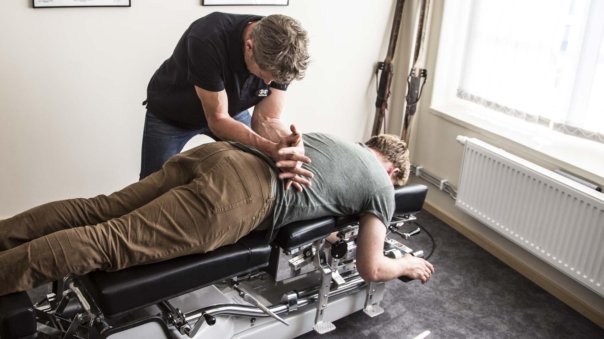 Man får behandling för rygg av Naprapat