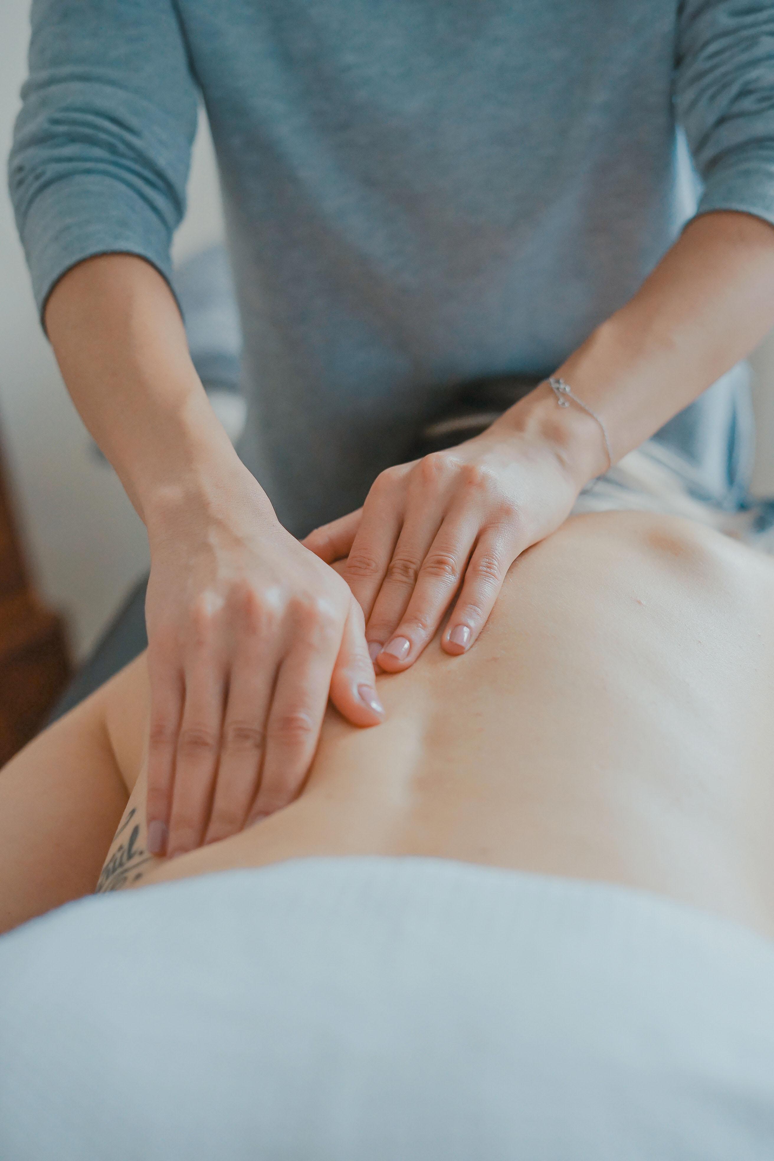 Patient får ryggmassage för muskelavslappning
