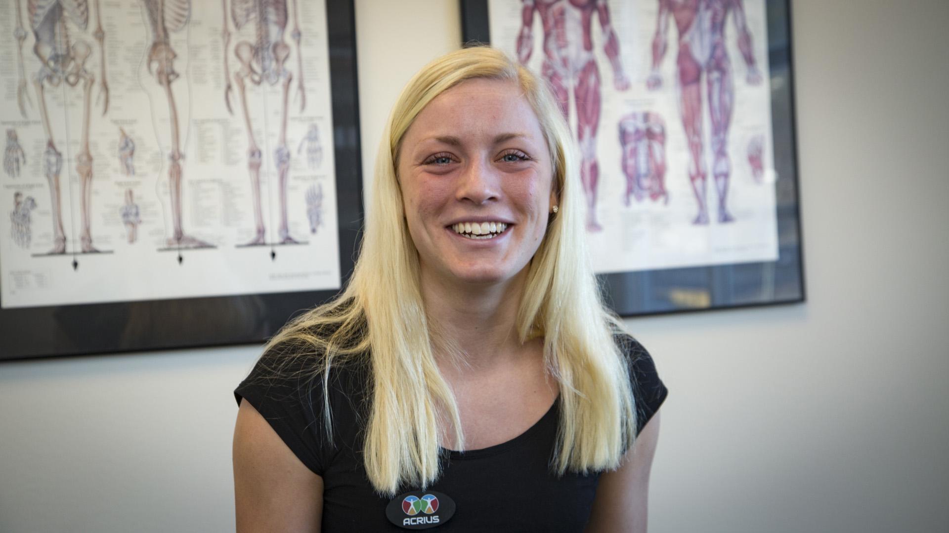 Överlycklig kvinnlig sjukgymnast jobbar med det hon älskar - rehabilitering